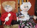 Вышивки и куклы в библиотечных стенах
