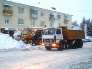 На борьбу со снежными завалами в Искитиме ежедневно выходит 28 единиц техники