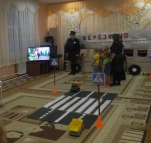 В Искитиме госавтоинспекторы проводят занятия в детских садах и учат правилам дорожного движения