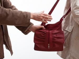 В Линево две женщины в один день лишились сумок и денег