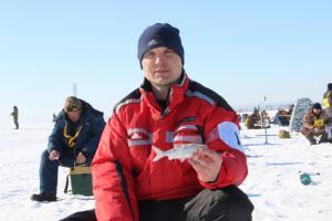 Сто рыбаков вышли на лед залива испытать рыбацкую удачу
