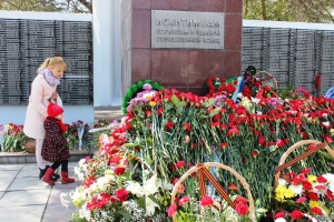 9 мая - искитимские дети несли к Мемориалу цветы, рисунки и письма