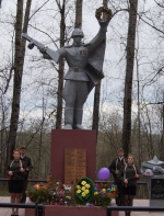 У обновленного памятника