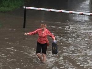 В Искитиме асфальт на проспекте Юбилейном снова смыло дождем