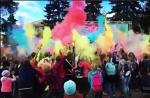 Фестиваль красок Холли раскрасил искитимскую молодежь (ВИДЕО)