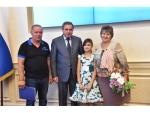 Губернатор вручил двум многодетным семьям из Искитима ключи от машин