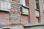 В Искитиме жители дома на ул. Нагорная, 22 жалуются на разрушающийся фасад