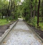 В Искитиме в центральном парке мостят площадки и асфальтируют дорожки