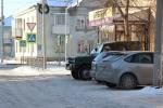 Водители превратили тротуар на улице Томская в уютную парковку