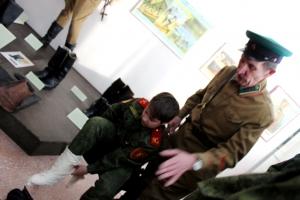 На выставке солдатских сапог в Искитимском музее даже съемочная группа телевидения ТВК сменила видеокамеру на оружие
