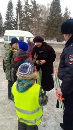 Сотрудники Госавтоинспекции Искитимского района поздравили женщин с Международным женским днем