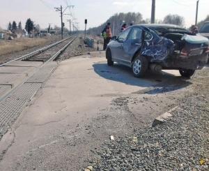 Под Искитимом на железнодорожном переезде 52 км автомобиль угодил под поезд