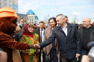 Андрей Травников купил на ярмарке меда и пожал лапу искитимскому бобру