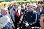 Андрей Травников пообщался на ярмарке с окружившими его людьми
