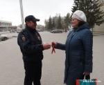 В преддверии празднования Дня Победы полицейские раздавали георгиевские ленты в центре города.