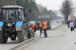 Прибрали на дорогах: с искитимских улиц вывезено 570 тонн мусора и пыли