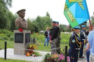 «Голубые береты» возложили цветы к памятникам Искитима