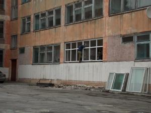 Программа «Школьное окно»: меняют окна в школах и в детских садах района