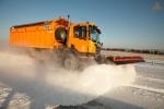 Дорожные службы из-за снегопадов чистят трассы круглосуточно