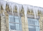 Потепление и снегопады могут спровоцировать сход снега с крыш