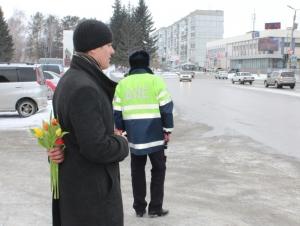 В Искитиме госавтоинспекторы и студенты провели акцию «Цветы для автоледи»