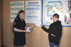 Сотрудники Госавтоинспекции проводят информирование граждан о возможностях единого портала государственных и муниципальных услуг