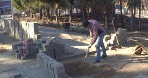 В парке им. Коротеева ремонтируют просевшую брусчатку