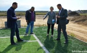 На строящемся стадионе в р.п. Линёво начали благоустройство территории вокруг футбольного поля