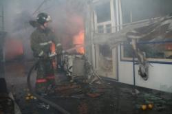 На улице Чкалова пожарные тушили горящий магазин