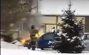 Легковой автомобиль загорелся на парковке