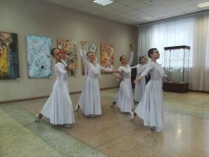 В Искитиме открылась выставка художника Евгения Баранова «Танцы народов мира»