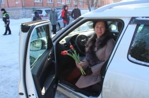 В Искитиме прошла акция «Цветы для автоледи»