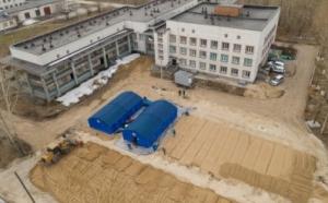 На территории Линевской районной больницы продолжаются работы по возведению мобильного госпиталя для борьбы с коронавирусом