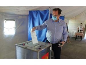 Глава Искитима Сергей Завражин  в числе первых проголосовал на избирательном участке