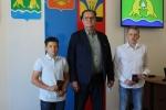 Глава Искитима вручил паспорта 14-летним гражданам