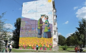 Серый фасад дома в р.п. Линево преобразился - на нем появилось красивое граффити