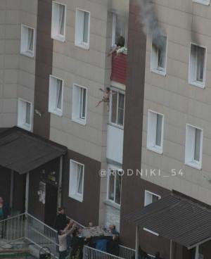 Выброшенные из окна во время пожара дети остались живы, но к матери у следственного комитета возникли вопросы