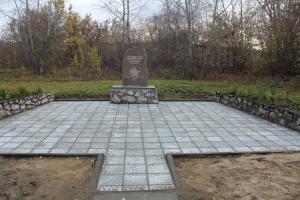 Ложковцы облагородили памятный знак к 60-летию Победы