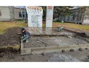 В Искитиме начались ремонтные работы памятника братьям Томиловым