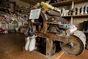 Фермер из Искитимского района открыл на Бердском шоссе музей валенок