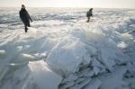 Преодолели 20 километров по льду, выехали на берег у деревни Бурмистрово, а потом снова умчались в море