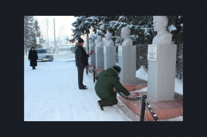 Сегодня, 9 декабря, в День Героев Отечества возложены цветы к монументам искитимских Героев у городского музея