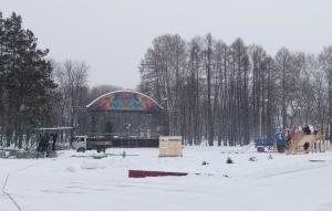 В парке Коротеева идет строительство елочного городка