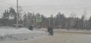 Инвалиды-колясочники чистят территорию вокруг общежития по улице Советской