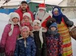Дед Мороз Петрович собрал дань с каждой семьи в селе под Искитимом