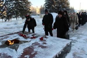 Искитимцы возложили цветы к мемориалу воинов, погибших в Великой Отечественной войне, в честь победы в Сталинградской битве