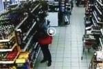В Искитиме разыскивают магазинных воров. Горожанам предлагается посмотреть видео и опознать преступников