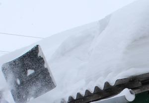 Муниципалитетам и управляющим компаниям поручено очистить снег с крыш в срочном порядке