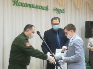 Глава Искитима Сергей Завражин вручил первые воинские документы будущим призывникам