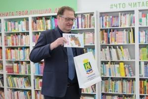 Мэр Искитима подарил модельной библиотеке Искитима книгу из детства